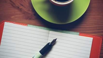 kávička, zošit snov a pero